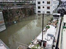 Mova o coverd do de Paris do autonome com inundação da água na notícia de Paris Fotografia de Stock