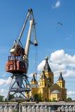 Mova o guindaste e o Alexander Nevsky Cathedral no Strelka em Nizh Imagem de Stock Royalty Free