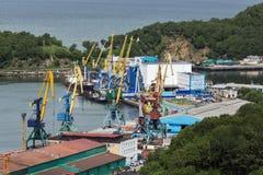 Mova os guindastes, terminal da carga no porto comercial Petropavlovsk-Kamchatsky Rússia, Kamchatka, baía de Avacha Imagem de Stock