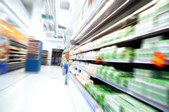 Mova-se no supermercado Imagens de Stock Royalty Free