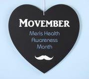 Movember som fundraising för mäns vård- medvetenhetmeddelande på svart tavla Arkivbild