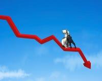 Movendo o símbolo do dinheiro em ir abaixo da seta vermelha Foto de Stock Royalty Free