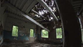 Movendo-se dentro da casa de madeira abandonada destruída velha no campo, Bielorrússia video estoque