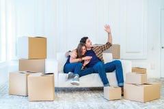 Movendo-se, reparos, plano novo A menina e o indivíduo dos pares encontram-se no assoalho Fotografia de Stock Royalty Free