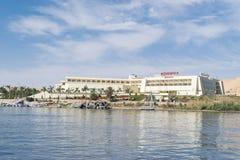 Movenpick Aswan, Nile River och fartyg från Luxor och Aswan turnerar i Egypten royaltyfria foton
