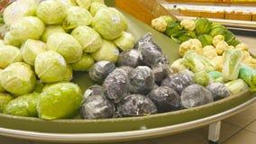 Mover-se após legumes frescos em um supermercado Corredores do mantimento na loja Fim acima Fotos de Stock Royalty Free