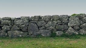 Mover-se após a parede de pedra velha no país filme