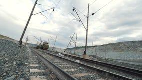 Mover-se da locomotiva diesel e dos carros de estrada de ferro enchidos com o minério Pedreira para a mineração da pedra calcária filme