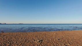 Mover-se lentamente ao longo do Sandy Beach para o mar vídeos de arquivo
