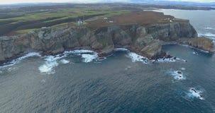 Mover-se longe de um litoral completamente dos penhascos na vista aérea vídeos de arquivo