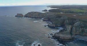Mover-se longe do litoral completamente dos penhascos na vista aérea vídeos de arquivo