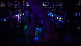 Mover-se masculino satisfeito para a música e olhando a multidão que partying no clube noturno video estoque