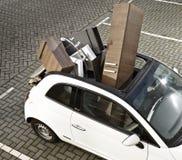 Mover-se na casa nova usando um carro pequeno imagem de stock
