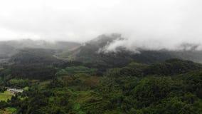 Mover-se para a frente com um zangão Montanha nas nuvens Vista aérea bonita do vale em Escócia filme