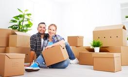 Mover-se para um apartamento novo Pares da família e caixa de cartão felizes imagem de stock royalty free