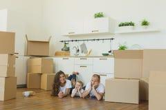 Mover-se para uma HOME nova Família feliz com caixas de cartão imagens de stock royalty free