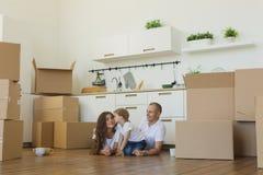 Mover-se para uma HOME nova Família feliz com caixas de cartão foto de stock royalty free