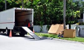 Movers Van On Street lizenzfreie stockfotos