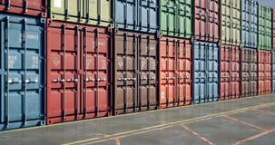 Moviéndose a lo largo de las pilas de contenedores para mercancías, lazo inconsútil almacen de video