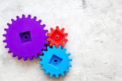 Moviendo adelante concepto, principio de funcionamiento ideal con los engranajes y las ruedas en la mofa de piedra de la opinión  Imágenes de archivo libres de regalías