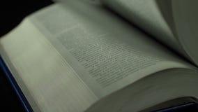 Moviendo de un tirón las páginas del libro cerca para arriba, cámara lenta metrajes