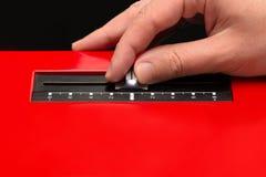 Moviendo el atenuador de la placa giratoria a mano foto de archivo
