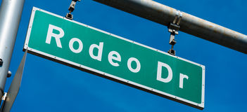 Movimentação Beverly Hills Street Sign do rodeio fotografia de stock