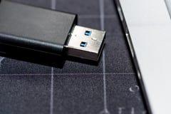 A movimentação da memória Flash de USB obstruiu em um porto do portátil do computador fotos de stock