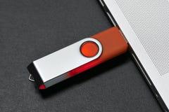 A movimentação da memória Flash obstruiu em um porto do portátil Fotografia de Stock