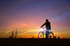 Movimentação da silhueta do homem na bicicleta Fotografia de Stock Royalty Free