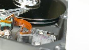 Movimentação de disco rígido na tabela da rotação, tiro macro vídeos de arquivo