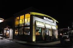 Movimentação de McDonalds através do restaurante Foto de Stock Royalty Free