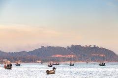 Movimentação do barco no mar com montanha Imagens de Stock