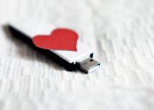 Movimentação do flash de USB com forma do coração Imagens de Stock Royalty Free