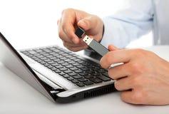 Movimentação do flash do USB nas mãos dos homens Imagem de Stock Royalty Free