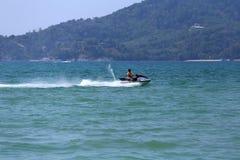 Movimentação do homem no jetski Fotografia de Stock Royalty Free