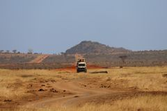Movimentação do jogo em Tsavo do leste fotografia de stock