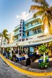 Movimentação do oceano em Miami com os restaurantes na frente de Art Deco Style Colony Hotel famoso Imagens de Stock Royalty Free