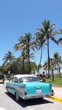 A movimentação do oceano encontra o carro clássico cubano Foto de Stock Royalty Free