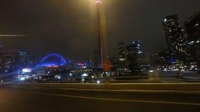 movimentação do ponto de vista da noite de 4K UltraHD (POV) em Toronto após a torre e o Rogers Center da NC vídeos de arquivo