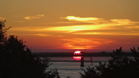 Movimentação do por do sol através da ponte imagens de stock
