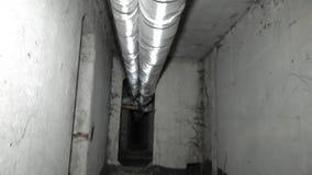 A movimentação do termostato é projetada controlar a válvula da água quente Interior do porão escuro dos locais de fábrica dos re video estoque