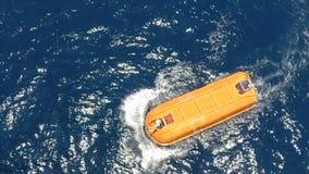 Movimentação do teste do barco salva-vidas no mar dos moluscos na plataforma a pouca distância do mar vídeos de arquivo