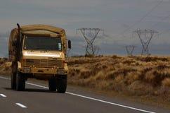 Movimentação do veículo de exército de Nova Zelândia na estrada do deserto Imagens de Stock