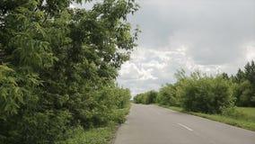 Movimentação dos carros ao longo da estrada vídeos de arquivo
