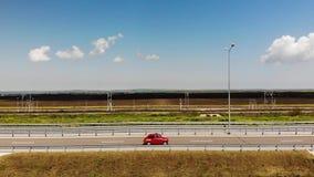 Movimentação retro pequena vermelha do carro na estrada ou na estrada no meio do dia Sun est? brilhando vídeos de arquivo