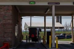 Movimentação saindo com erros do banco de Amish dentro fotos de stock