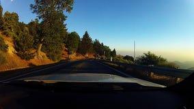 A movimentação surpreendente da montanha através do vale perto de San Bernardino chamou Borda da estrada do mundo no por do sol vídeos de arquivo
