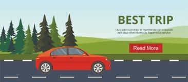 Movimentação vermelha do carro nas camadas da estrada de paisagem da montanha com abeto Fotos de Stock