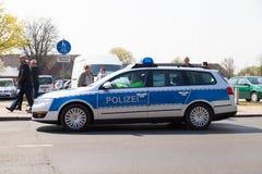 Movimentações alemãs do carro de polícia em uma rua Foto de Stock Royalty Free